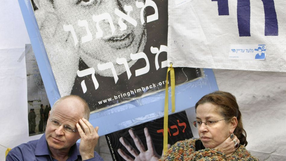 Noam and Aviva Shalit, the parents of Gilad Schalit, recently held a silent prayer for their kidnapped son.