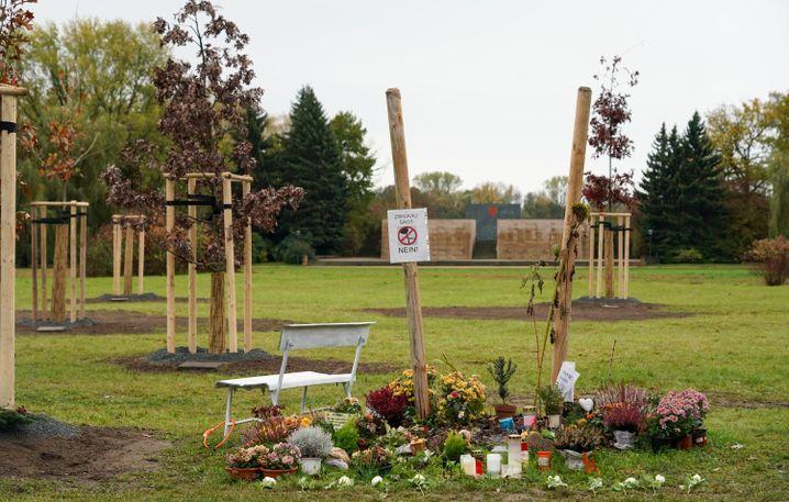 Gedenkstätte in Zwickau mit Stumpf des zuvor von Unbekannten abgesägten Baumes:
