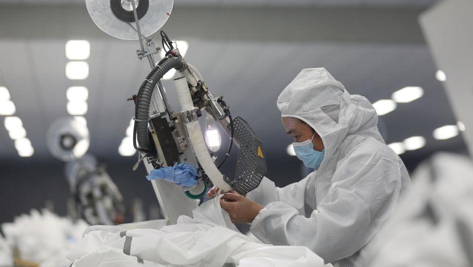 Herstellung von Schutzkleidung in China: EU befürchtet Engpässe bei Medikamenten und Ausrüstung