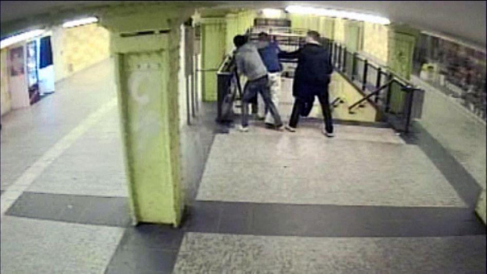 Eine Überwachungskamera dokumentierte den Überfall am U-Bahnhof Berlin Lichtenberg