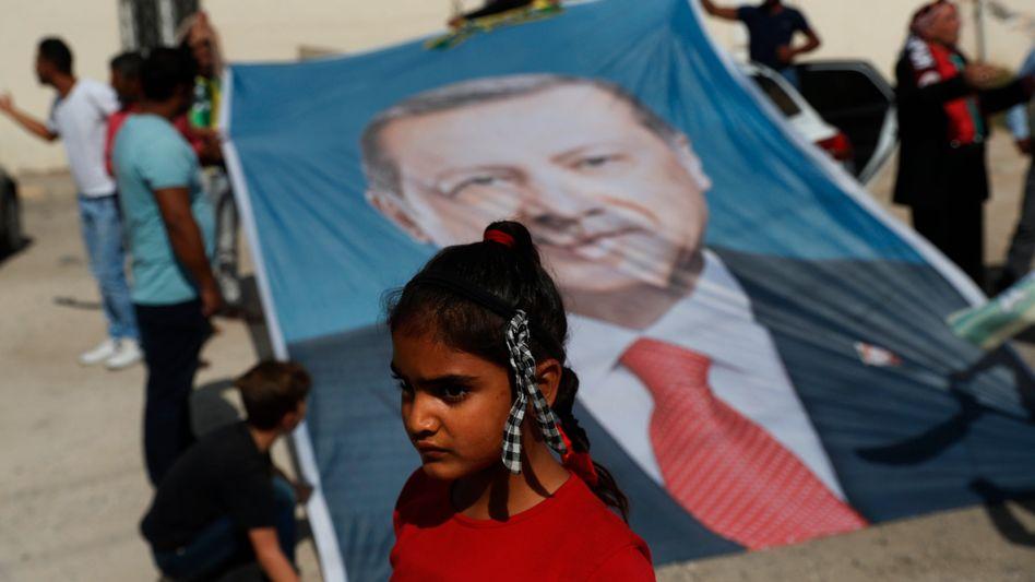 Poster mit dem Gesicht Erdogans: Bis auf die HDP stehen alle Parteien hinter dem Einsatz