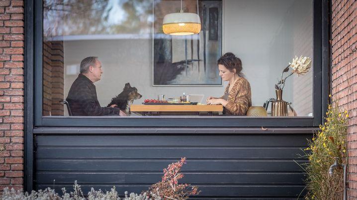 """""""Wir schauen uns gegenseitig nicht zu sehr in die Karten"""", sagt Martina Gedeck über ihren Filmpartner Ulrich Tukur"""