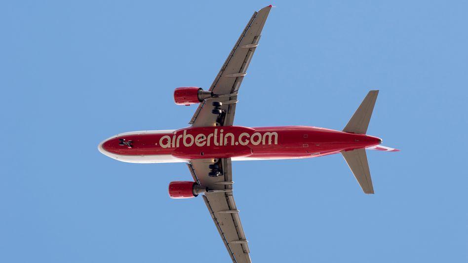 Air-Berlin-Flugzeug über Hamburg