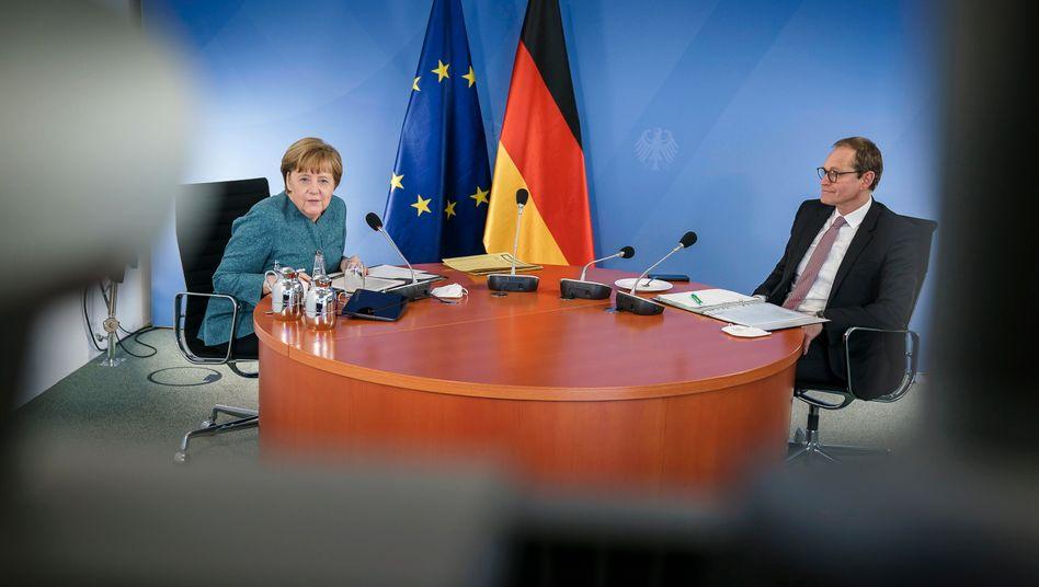 Bundeskanzlerin Angela Merkel (CDU) und Berlins Regierender Bürgermeister Michael Müller (SPD) beim digitalen Impfgipfel