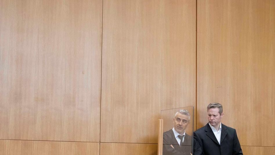 Angeklagter Ernst (r.) mit seinem Verteidiger Kaplan: Wie groß war Stephan Ernsts Hass?