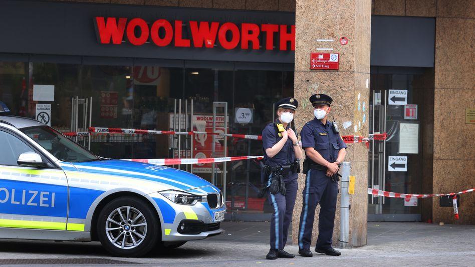 Polizisten sichern den Tatort in Würzburg