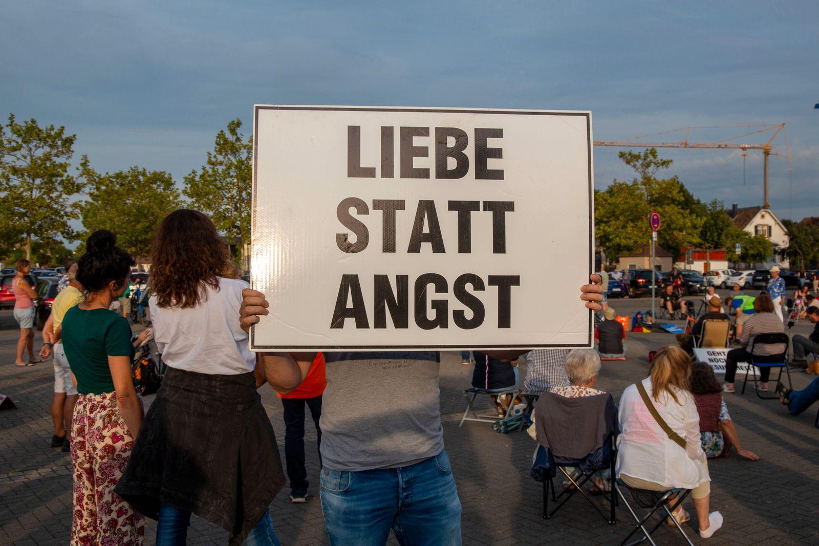 Montagsdemo gegen die Coronamaßnahmen in Bad Dürkheim unter dem Motto Miteinander Reden, gemeinsame Wege finden *** Mon