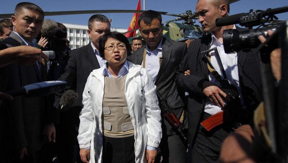 """Übergangspräsidentin Otunbajewa in Osch: """"Erfahren, was hier passiert ist"""""""