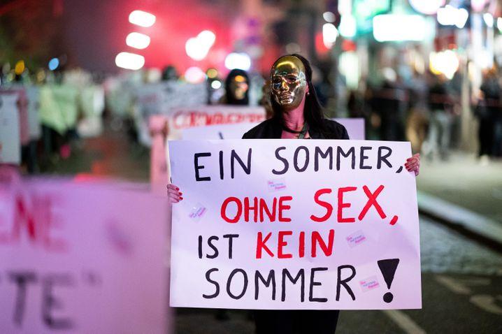 Demonstration in Hamburg: In anderen europäischen Ländern arbeiten Prostituierte wieder, in Deutschland bangen sie um ihre Existenz