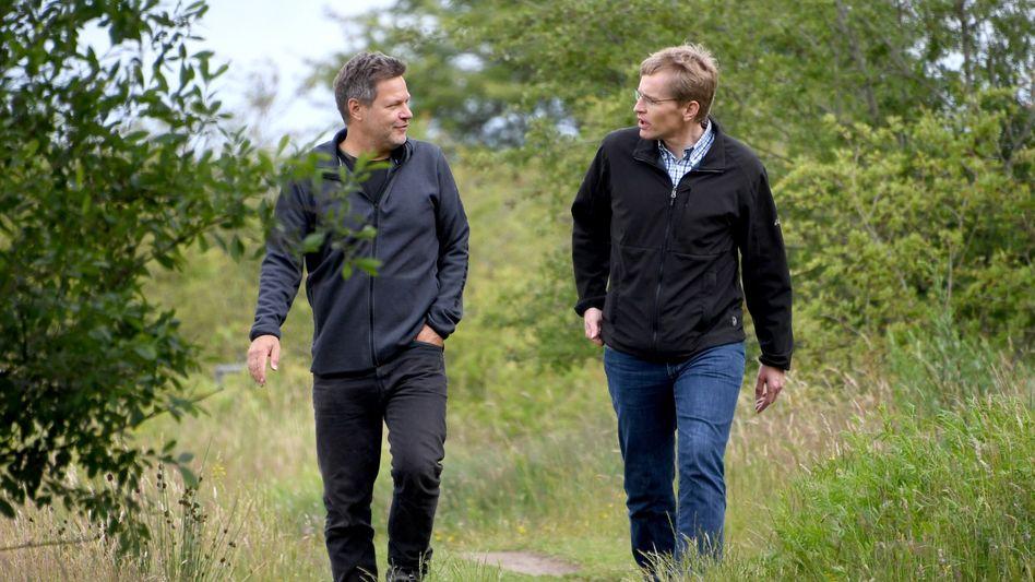 Robert Habeck und Schleswig-Holsteins Regierungschef Daniel Günther bei ihrer Wanderung im Naturschutzgebiet Schäferhaus