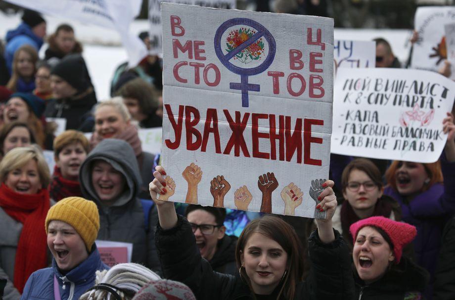 """""""Respekt statt Blumen"""" steht auf dem Schild einer Demonstrantin bei einer Kundgebung in Sankt Petersburg zur Verbesserung der Frauenrechte"""