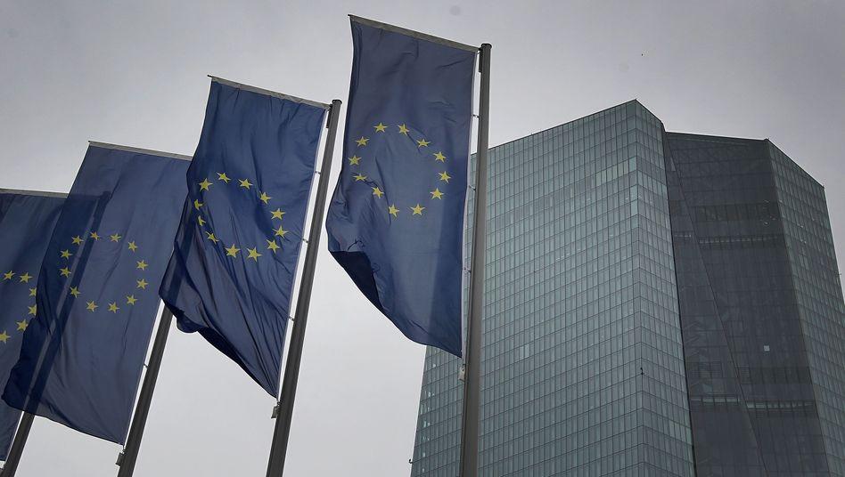 Europafahnen vor der EZB-Zentrale in Frankfurt