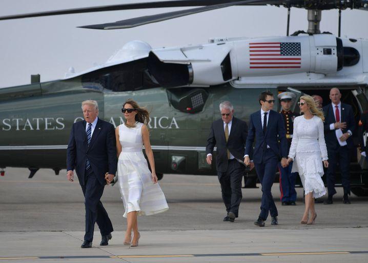 Donald und Melania Trump, im Hintergrund Jared Kushner und Ivanka Trump (Mai 2017)