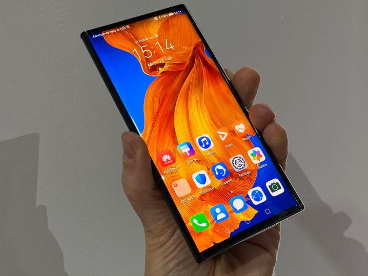 Zusammengeklappt sieht das Mate Xs fast wie ein normales Smartphone aus, nur dicker