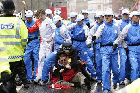 """Chinas Fackelschützer: """"Solche Leute haben auf unseren Straßen nichts zu suchen"""""""
