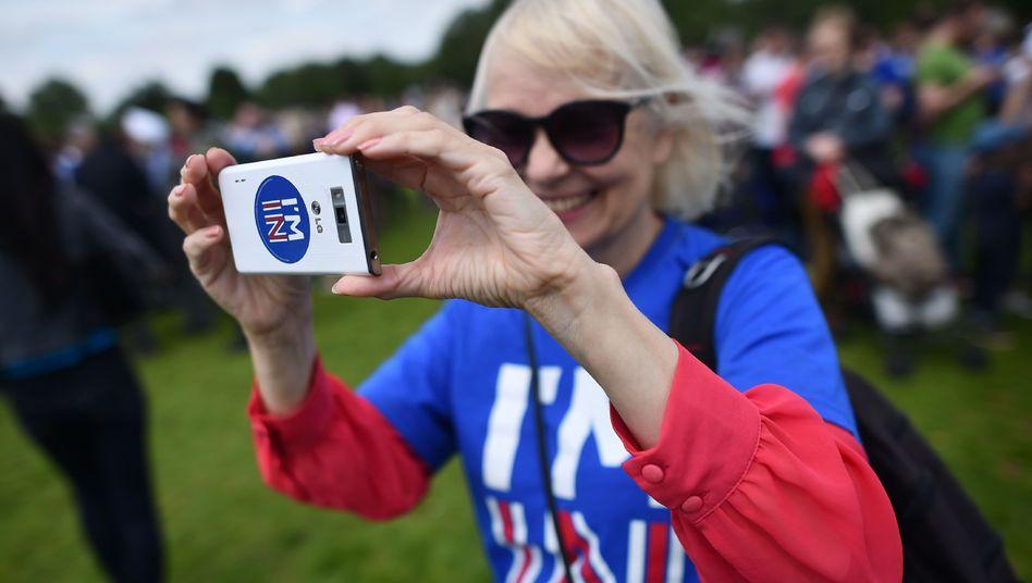 """Pro-Brexit-Demonstrantin mit """"I'm In""""-Aufkleber auf dem Handy"""