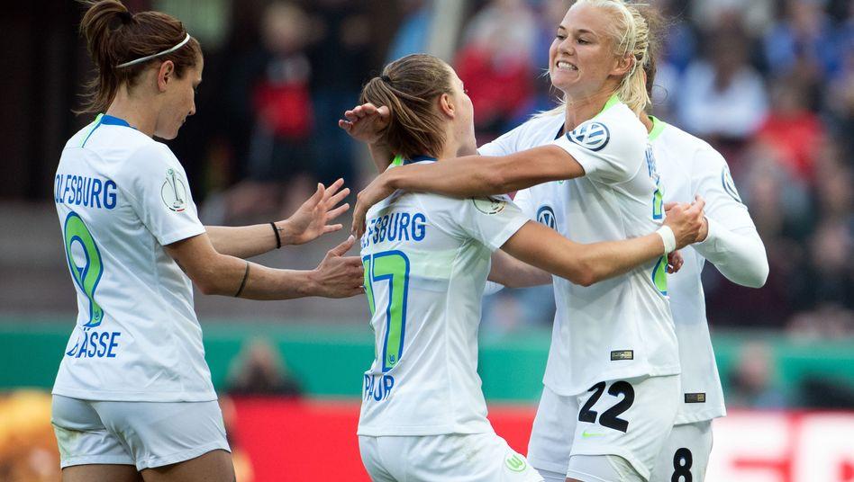Wolfsburgs Offensiv-Duo Ewa Pajor (Mitte) und Pernille Harder (rechts) feiert das 1:0