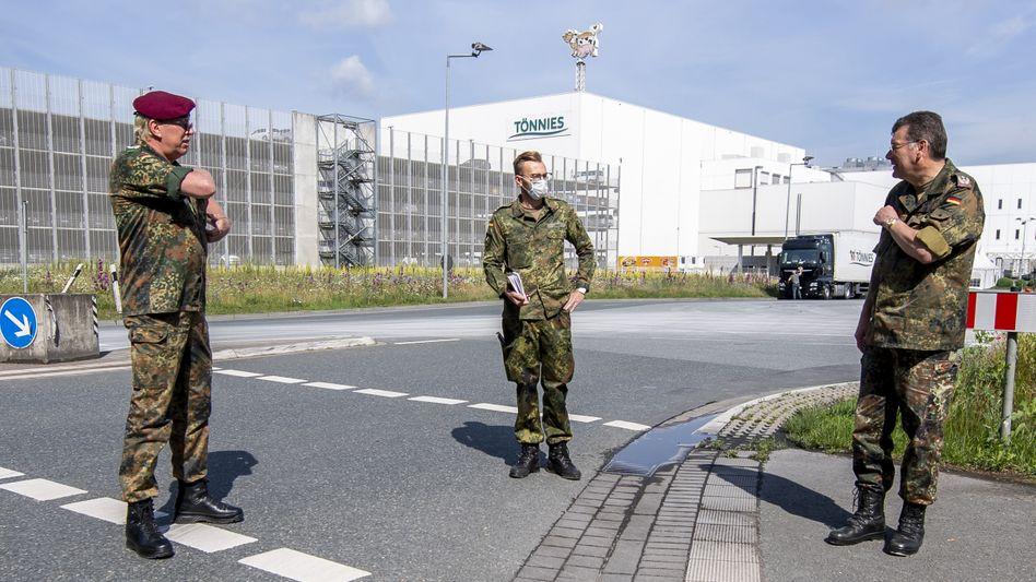 Soldaten vor dem Tönnies-Gelände in Rheda-Wiedenbrück (am 19. Juni): Wer haftet für Regelverstöße?