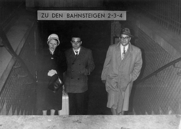 Wiedervereint: Hermann Flade mit seinen Eltern auf dem Bahnhof von Hof – nach seiner Freilassung im Rahmen einer Amnestie lebte die Familie in Bayern