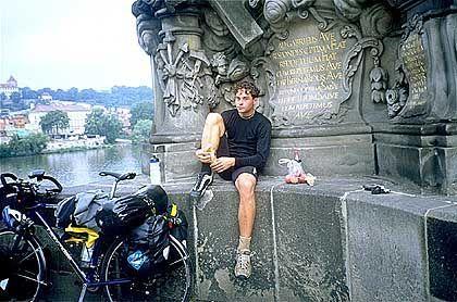 Zwischenstation Prag: Rast auf der Karlsbrücke.