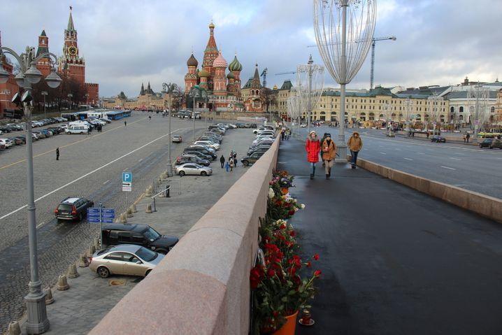 Blumen und Kerzen auf der Brücke am Kreml: Der Ort, an dem bis heute keine Gedenktafel für den ermordeten Boris Nemzow hängt