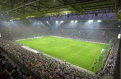 Westfalenstadion (Dortmund, 83.053 Plätze, 1974 eröffnet) Geschichte: Das Einweihungsspiel für den BVB 09 im Westfalenstadion ging mit 0:3 verloren - ausgerechnet gegen den Ruhrpottrivalen Schalke. Für die WM 1974 als reine Fußballarena mit knapp 53.000 Plätzen gebaut, war das Westfalenstadion Anfang der Neunziger zu klein geworden. Flugs wurde die Kapazität um rund 15.000 Plätze erweitert und vor zwei Jahren noch einmal nachgelegt: 83.000 Besucher passen nun in Deutschlands größtes Stadion Bildmotiv: Volle Hütte, aber derzeit schwache Leistungen der Borussia - das Dortmunder Westfalenstadion Offizielle Homepage: Westfalenstadion in Dortmund