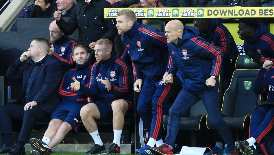 Per Mertesacker (l.) und Freddie Ljungberg (r.) beim Spiel in Norwich