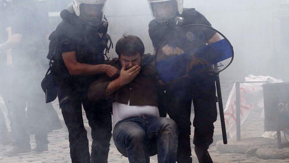 Polizisten in Ankara nehmen einen Demonstranten fest: Proteste gegen Regierung