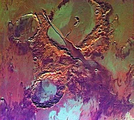 Buntes Mosaik: Etwas nachgeholfen hat die Nasa bei den Farben dieser Viking-Aufnahme des Memnonia Fossae, einer durch Vulkanismus geprägten Marsregion