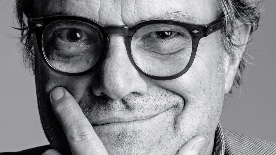 Oliviero Toscani Der italienische Fotograf, 76, machte in den Achtziger- und Neunzigerjahren mit provokanten Kampagnen die Pullover-Marke Benetton und sich selbst weltberühmt. Später stürzte das Unternehmen in die Verlustzone. Ende 2017 übernahm Luciano Benetton, 83, wieder die Führung und engagierte Toscani aufs Neue