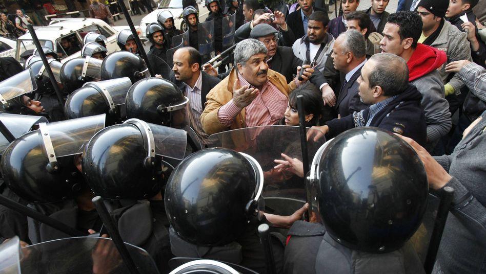 Polizeiaufgebot in Kairo: Mit Wasserwerfern gegen die Demonstranten
