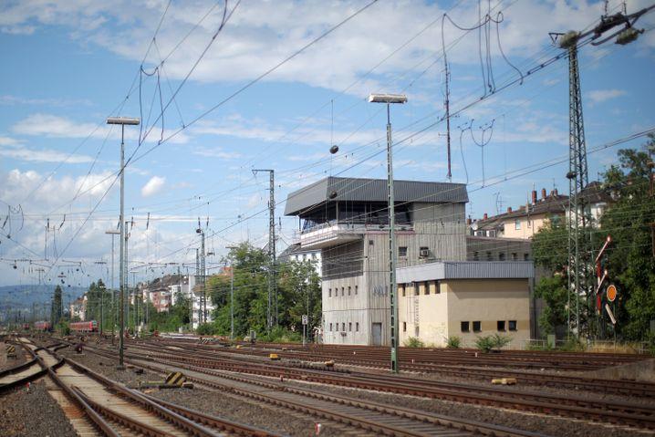 """Stellwerk Mainz: Diese profanen Zweckbauten sind so etwas wie der """"Tower"""" eines Bahnhofs. Fehlt es hier an Personal, bleiben die Züge stehen"""