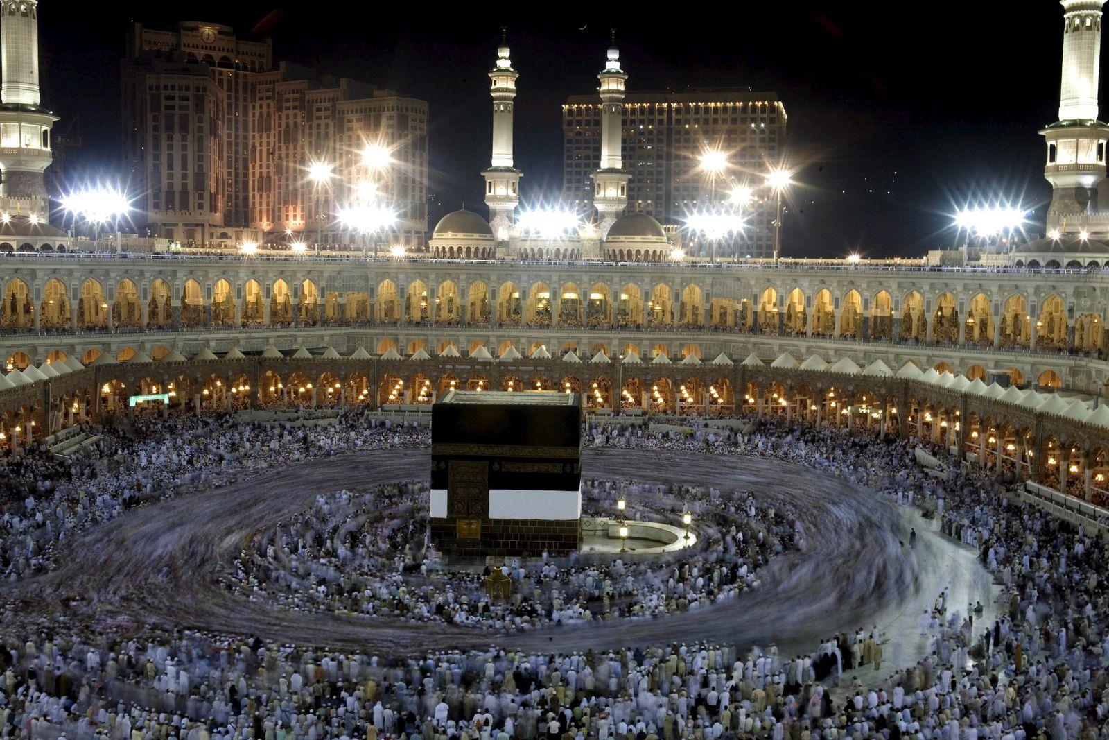Pilger beim Gebet in großer Moschee von Mekka
