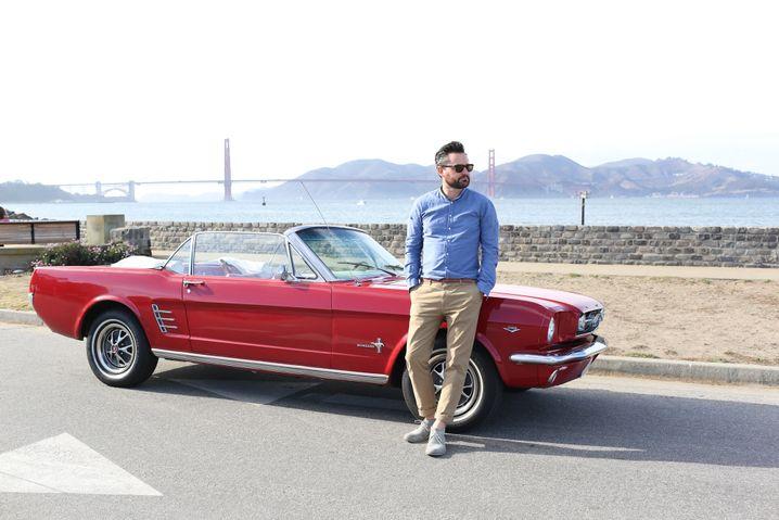 Frederik Pferdt vor seinem Ford Mustang
