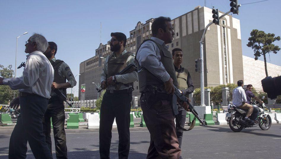 Sicherheitskräfte vor dem Parlament in Teheran