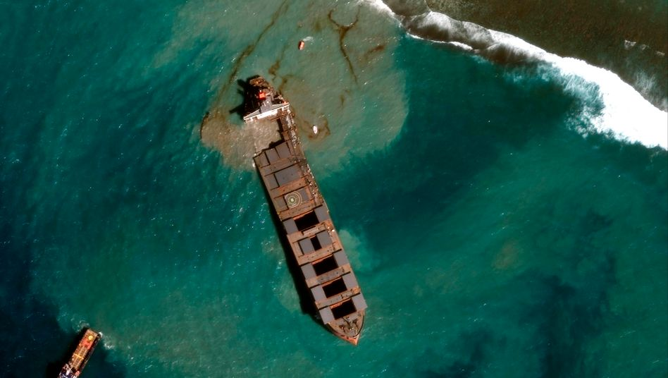 """Das Unglücksschiff """"Wakashio"""" in einer Satellitenaufnahme"""