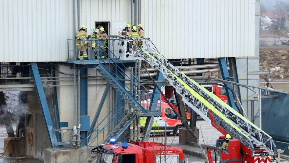 Einsatzkräfte in einem Betonwerk in Regensburg: Die Kripo ermittelt