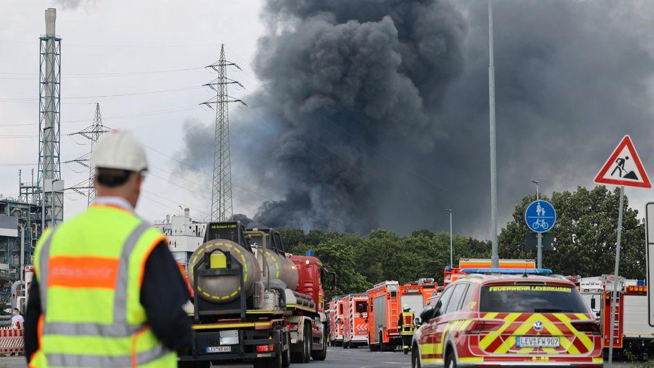 Schwarze Rauchwolken steigen über dem Chempark Leverkusen auf