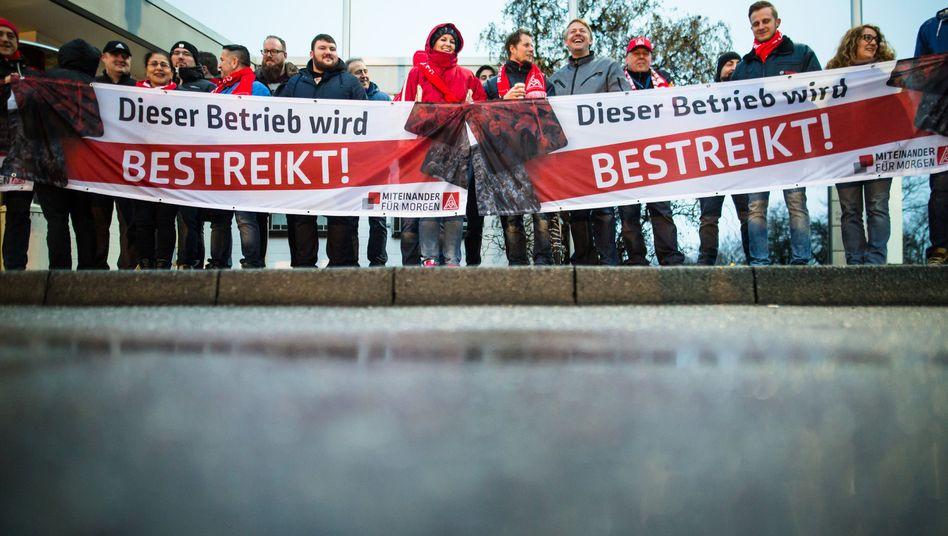 Mitarbeiter von Bosch am 01.02.2018 vor dem Betriebsgelände in Waiblingen (Baden-Württemberg)