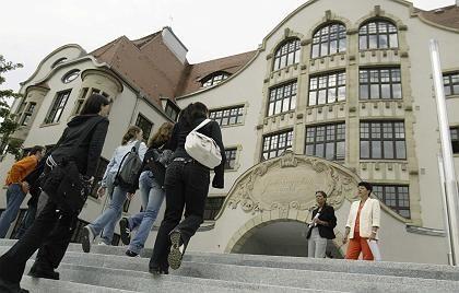 Eingang des Gymnasiums (am Mittwoch): Start mit einer Projektwoche