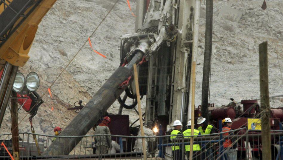 Bohrgerät mit Stahlverstärkung: Durch diese Röhre sollen die Bergleute gerettet werden