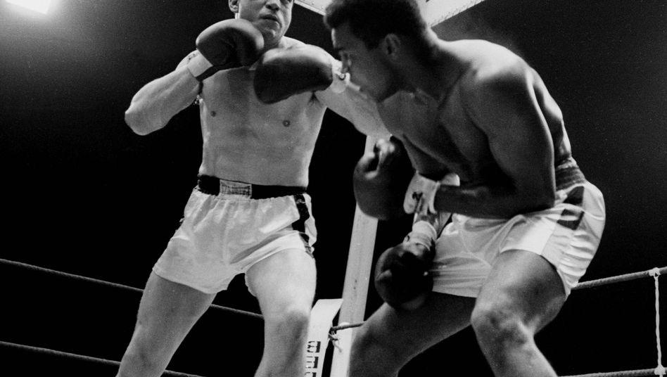 Karl Mildenberger (l.) gegen Muhammad Ali