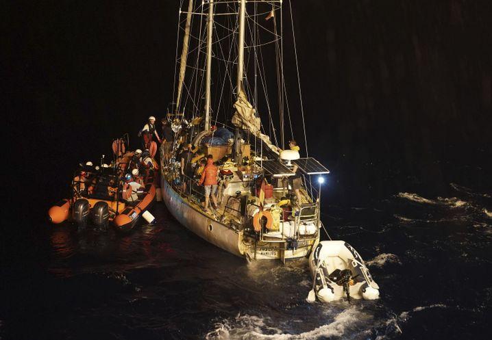 """Ein Rettungsteam bringt 34 Flüchtlinge von der Segeljacht """"Josefa"""" auf die """"Ocean Viking"""""""
