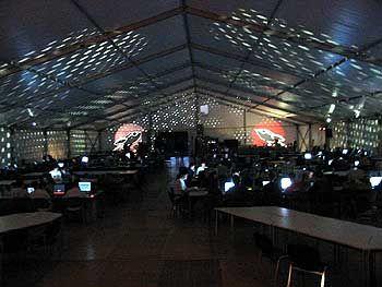 """Tippen bis tief in die Nacht: Das 1500 Quadratmeter große """"Hackcenter""""-Zelt"""