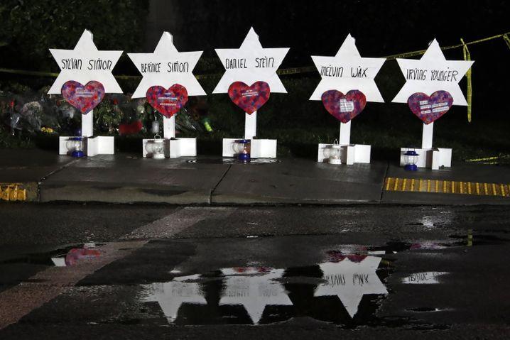 Namen der Opfer vor Synagoge in Pittsburgh