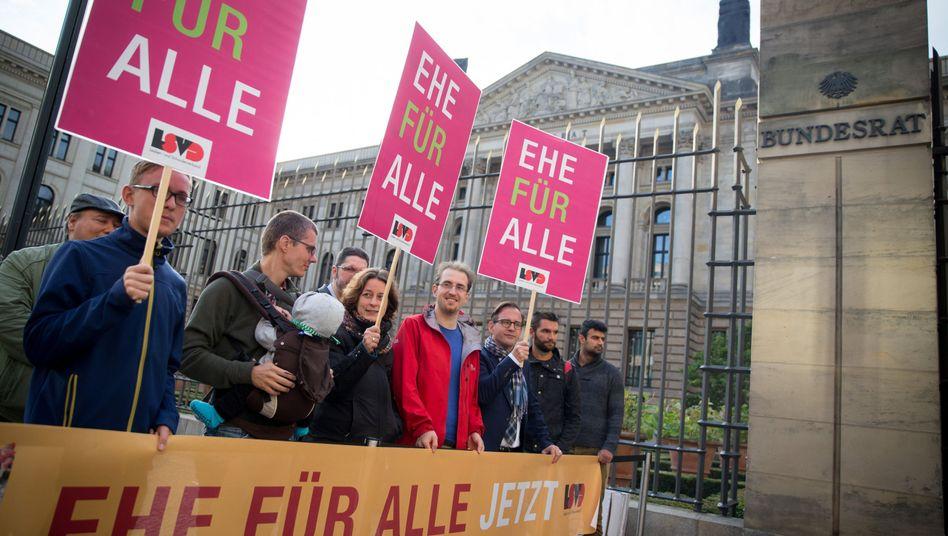 """Demonstranten vor dem Bundesrat: """"Diskriminierung beenden"""""""
