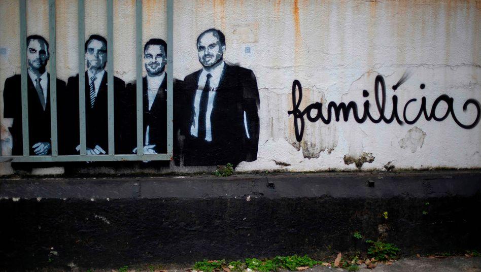 Graffiti von Bolsonaro und seinen Söhnen Eduardo, Carlos und Flavio in Rio de Janeiro: Wichtige Unterstützer und Stimmungsmacher