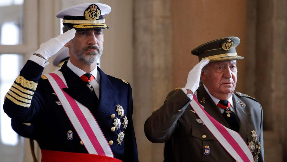 Thronfolger Felipe (l.) mit seinem Vater Juan Carlos (Archivbild)