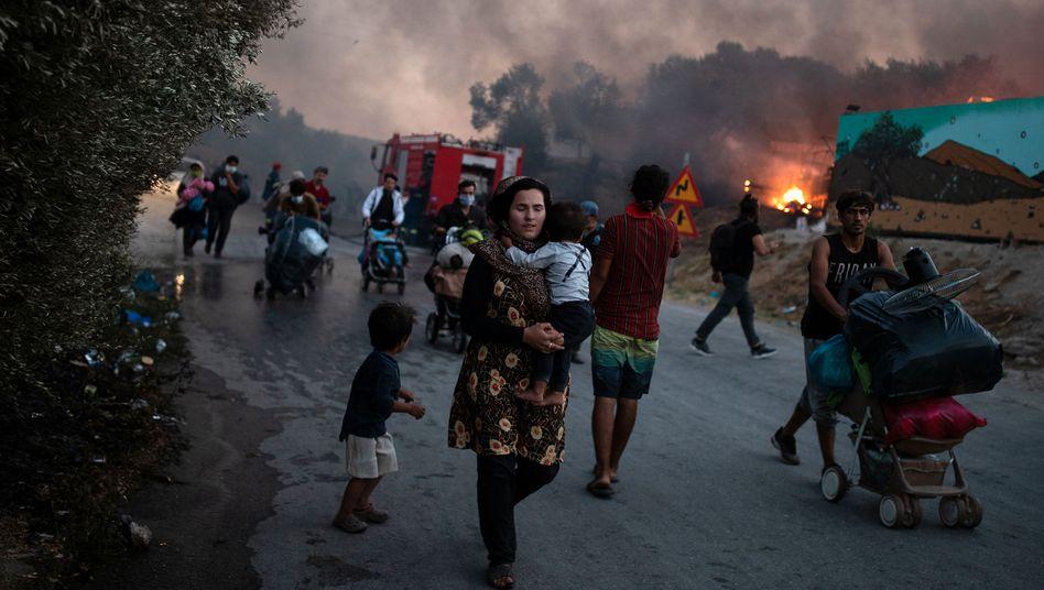 Flucht vor dem Feuer: Rund 12.000 Menschen waren in dem für 3000 Personen ausgelegten Flüchtlingscamp Moria