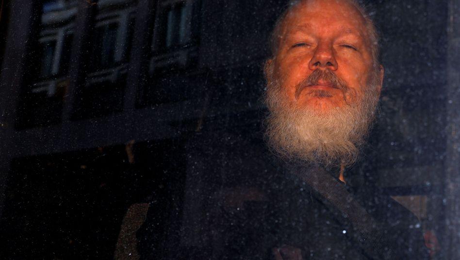 Julian Assange beim Verlassen einer Polizeiwache in London